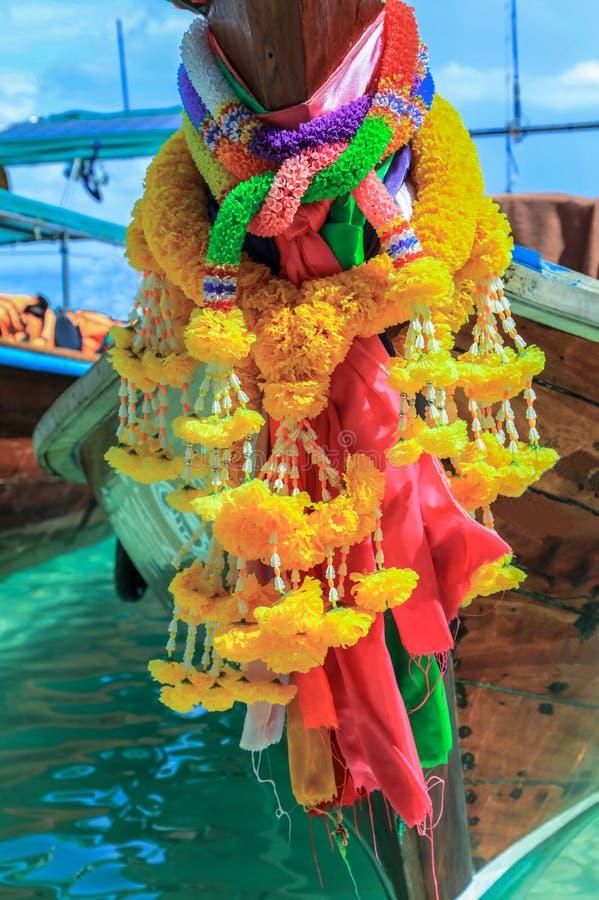 Kwiat girlanda na ogon łodzi na plaży Ko Phi Phi Don, Phi Phi wyspy, Tajlandia obraz royalty free