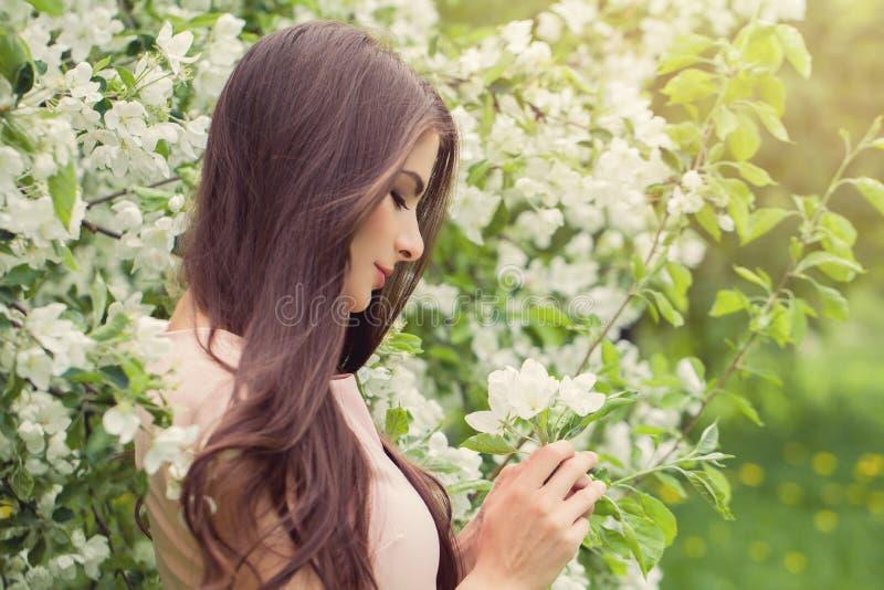 Kwiat kobieta w okwitnięcie wiosny ogródzie zdjęcia royalty free