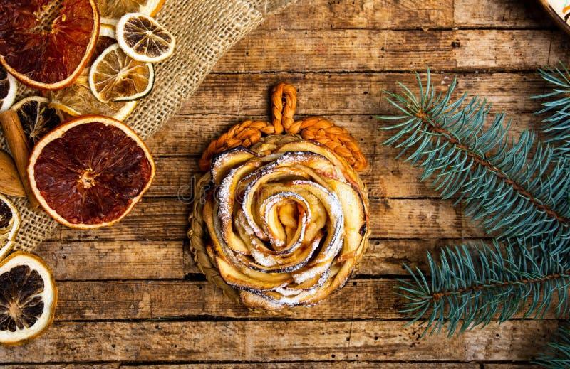 Kwiat kształtujący piec jabłczany kulebiak zdjęcia royalty free