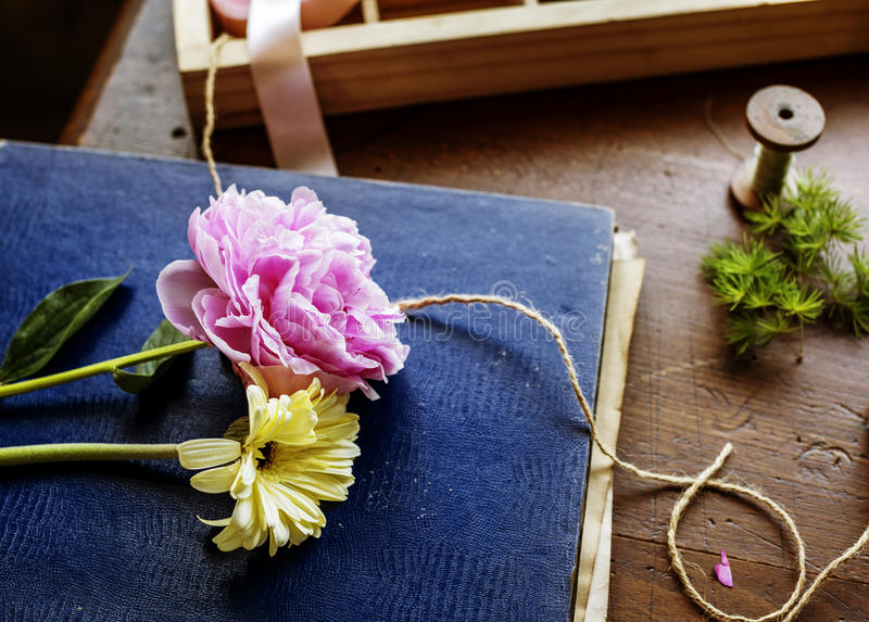 Kwiat na okładkowej książce zdjęcia stock