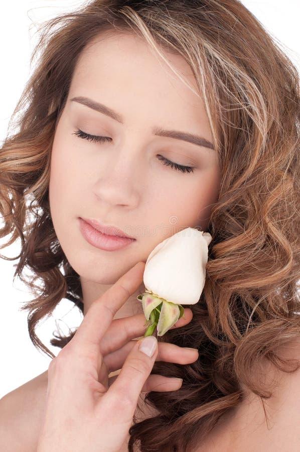 kwiat piękna zamknięta dziewczyna wzrastał w górę biel zdjęcie stock