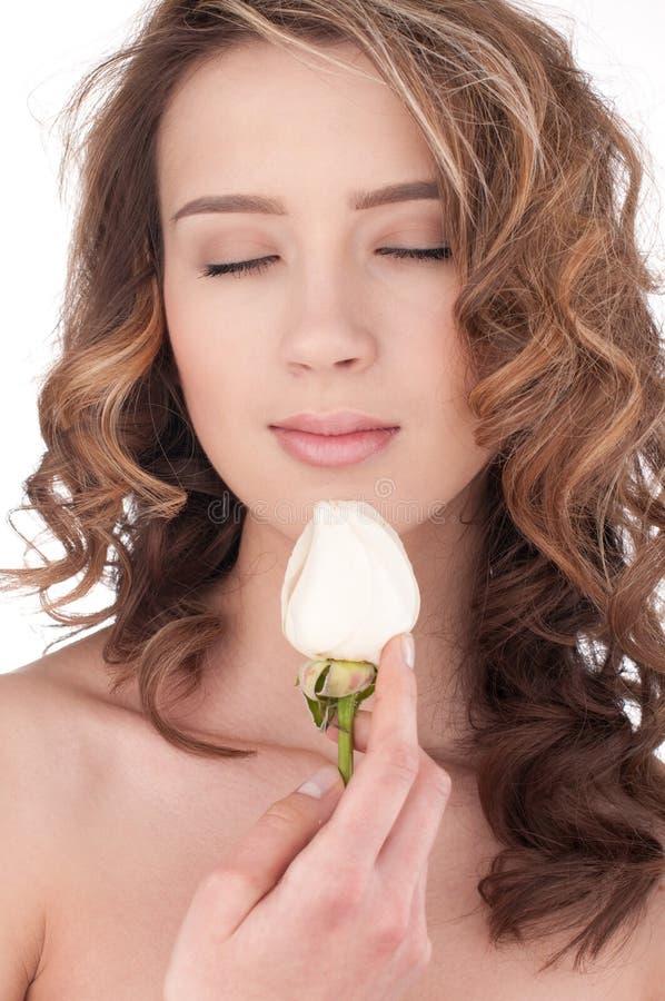 kwiat piękna zamknięta dziewczyna wzrastał w górę biel obraz stock