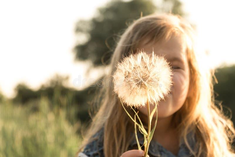 Kwiat w rękach dziecko obraz royalty free