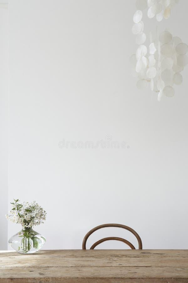 Kwiat waza na wierzchołku pf stół zdjęcia stock