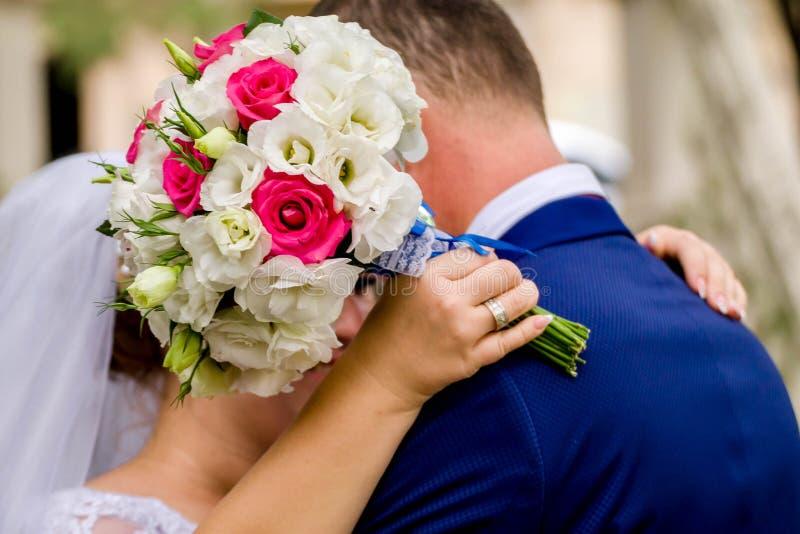 Kwiatonośna gałąź z białymi delikatnymi kwiatami na drewnianej powierzchni Deklaracja miłość, wiosna Ślubna karta, walentynka fotografia stock