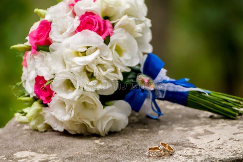 Kwiatonośna gałąź z białymi delikatnymi kwiatami na drewnianej powierzchni Deklaracja miłość, wiosna Ślubna karta, walentynka obraz royalty free