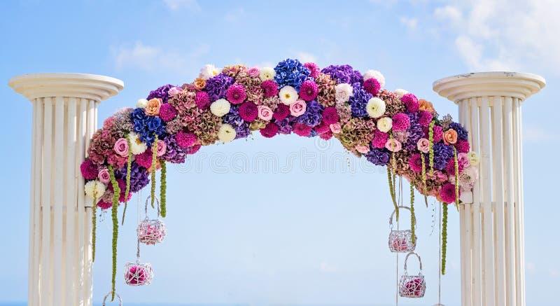 Kwiatu ślubu łuk zdjęcia stock