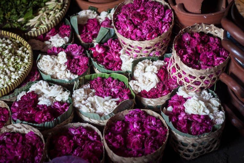 Kwiatu bubel w drewnianym tradycyjnym pudełku dla pogrzebu lub festiwalu fotografia stock