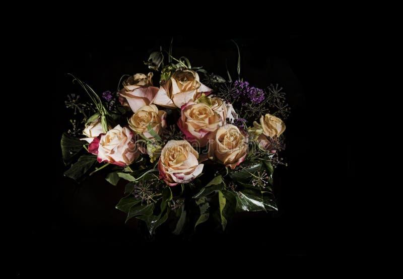 Kwiatu bukiet na czerni z różami zdjęcie royalty free