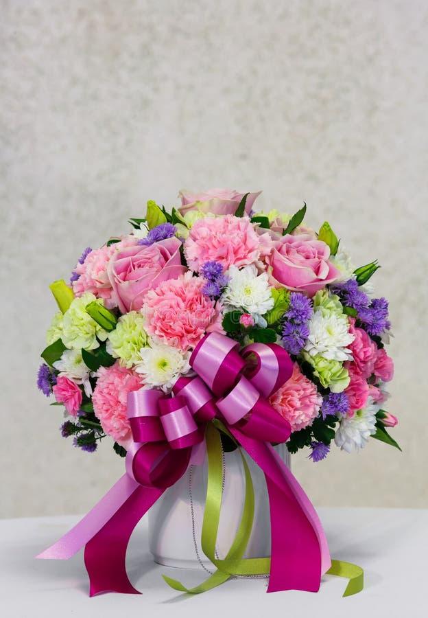 Kwiatu bukiet w białym ceramicznym garnku zdjęcia stock