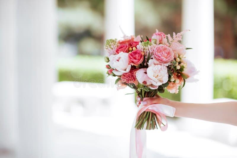 Kwiatu bukiet w kobiety ręce obrazy stock