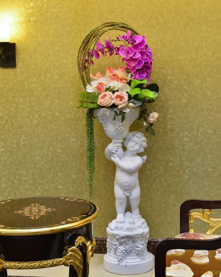 Kwiatu dziecka i kosza rzeźba fotografia royalty free