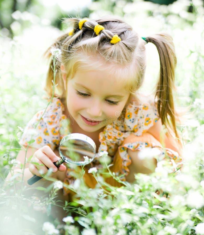 kwiatu dziewczyny szklany mały spojrzeń target1181_0_ fotografia stock