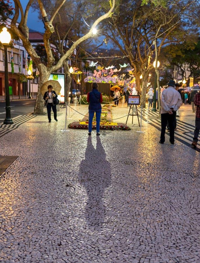 Kwiatu festiwal - sławni kwieciści dywany w centrum miasta Funchal wzdłuż środkowego deptaka Avenida Arriaga madeira zdjęcia royalty free