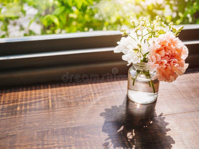 Kwiatu goździka dekoraci szkło na drewnianym stołu domu wystroju obrazy stock