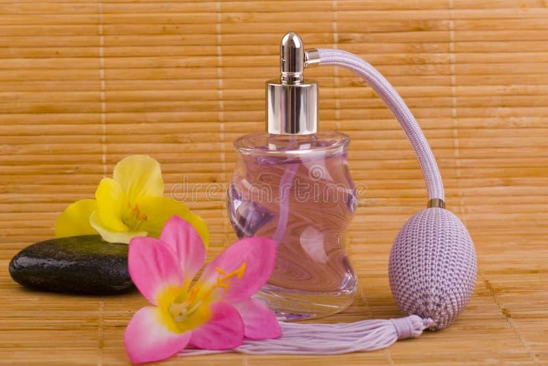 Kwiatu i szkła pachnidła butelka obraz stock