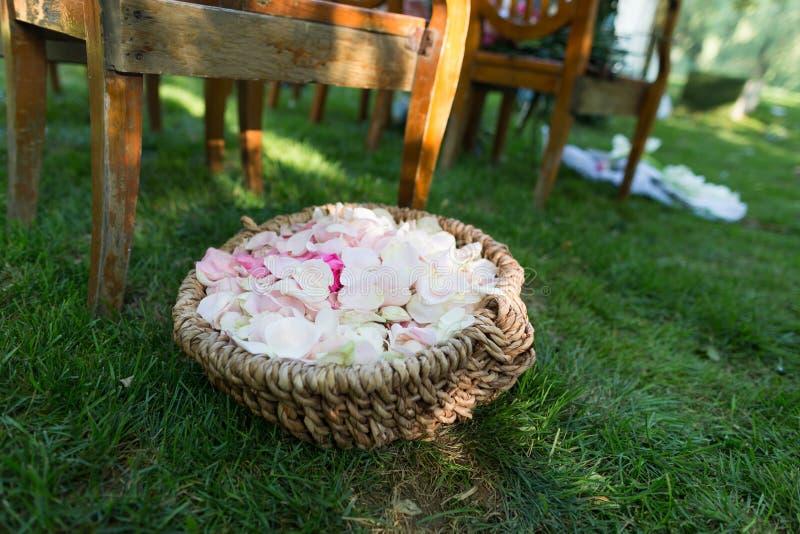 Kwiatu kosz przy ślubem obraz royalty free