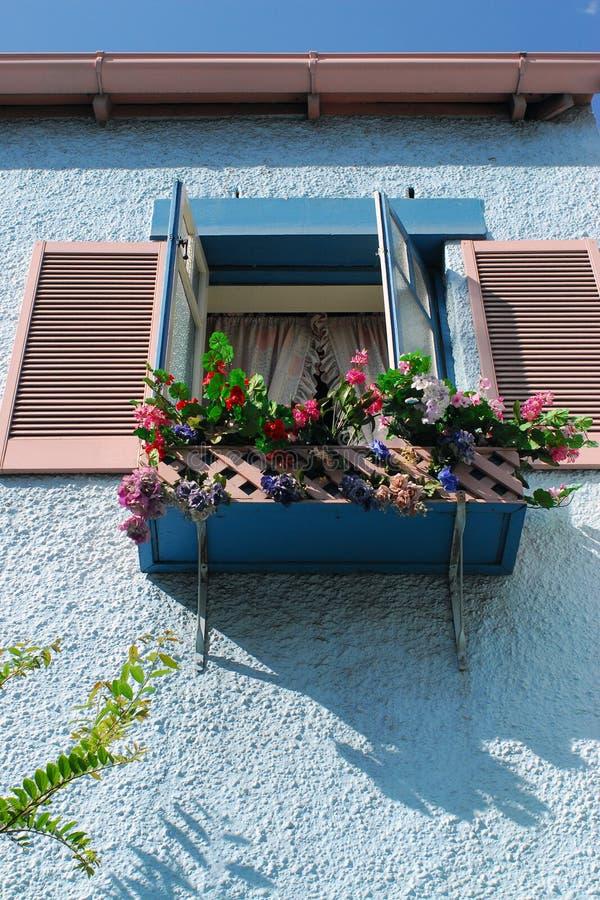 Kwiatu okno i łóżko fotografia royalty free