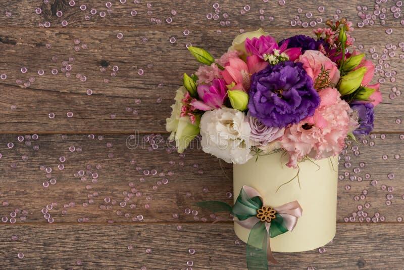 Kwiatu przygotowania centerpiece dla christening na drewnianym tle obrazy stock