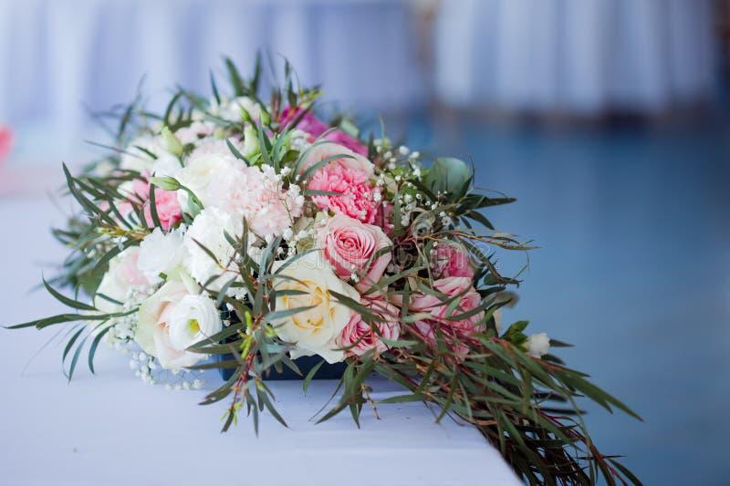 Kwiatu przygotowania na stole Kwiaty i biały tablecloth, ślub, róże, peonie obraz stock