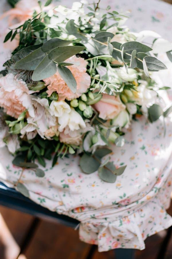 Kwiatu przygotowania z różami w Provence stylu przy ślubem, wydarzenie obraz stock