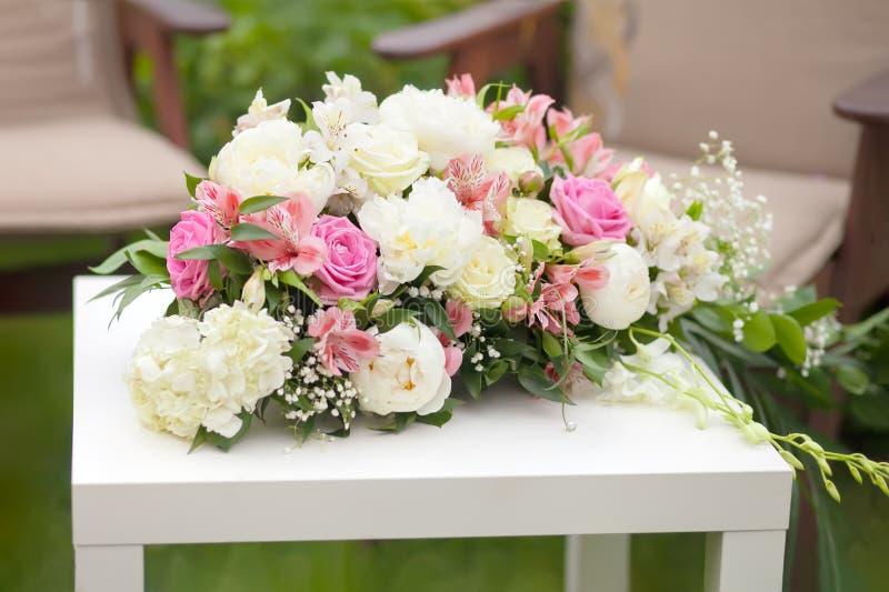 Kwiatu przygotowania z różowymi i białymi różami, dzień ślubu, outdoors zdjęcia stock
