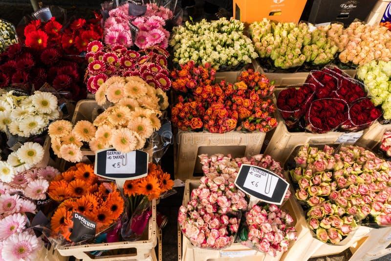 Kwiatu rynek z różnorodnymi stubarwnymi świeżymi kwiatami Bubli kwiaty zdjęcia royalty free