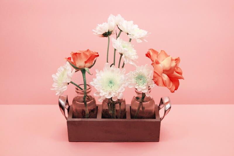 Kwiatu skład na różowym tle obraz royalty free