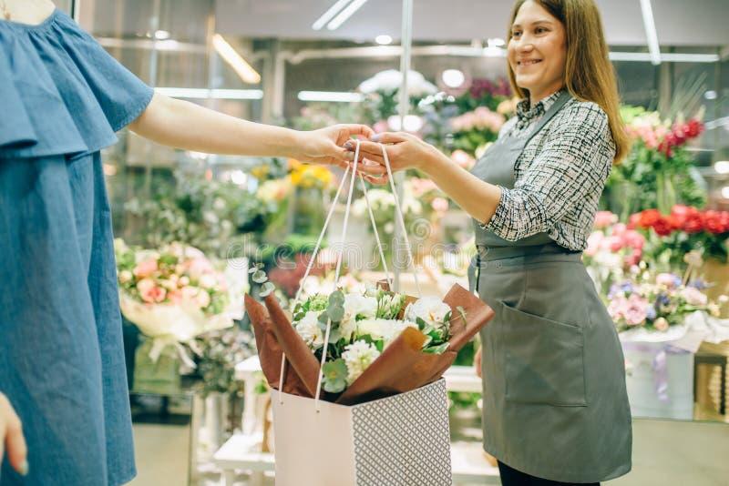 Kwiatu sklepu biznesowy pojęcie, kwiaciarnia i klient, obrazy royalty free