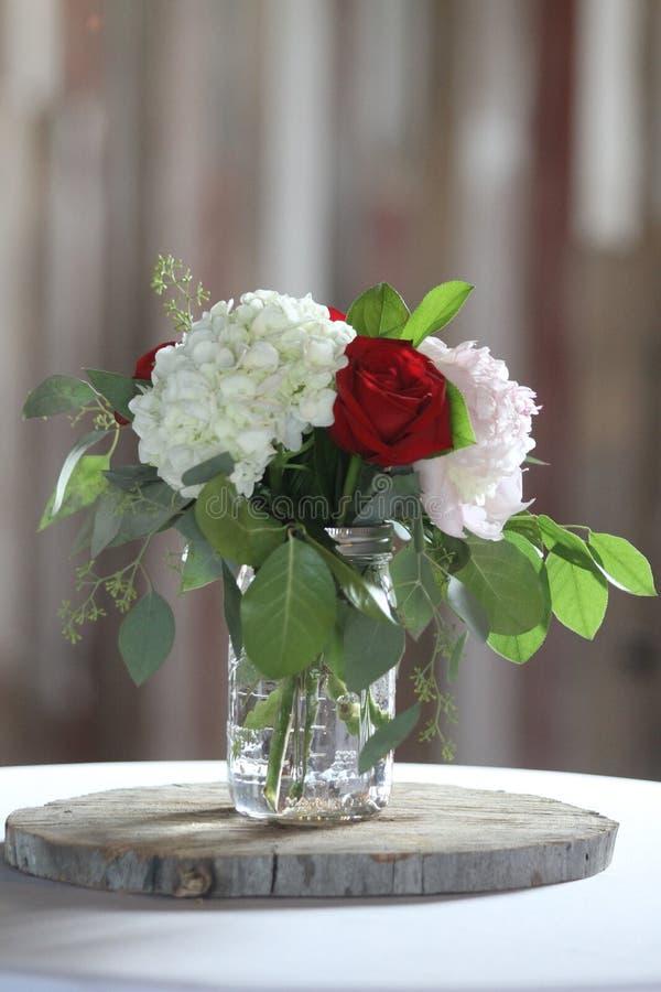 Kwiatu stołowy położenie z barnwood tłem obrazy royalty free