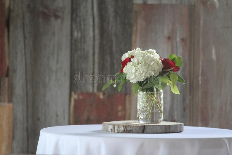 Kwiatu stołowy położenie z barnwood tłem fotografia stock