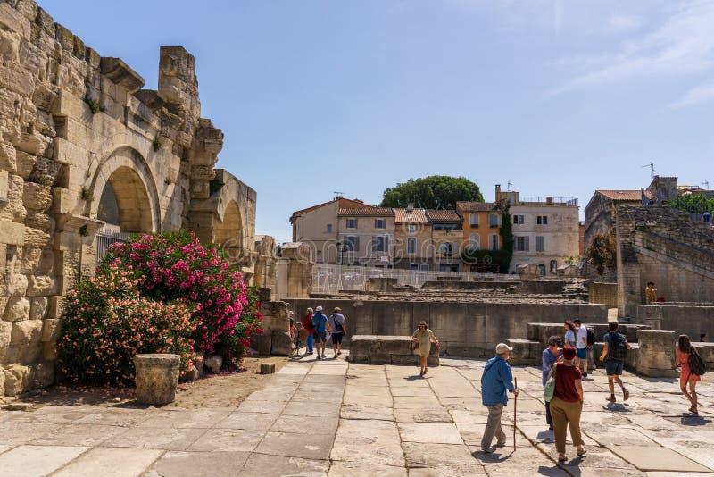 Kwiaty dekoruje Romańskiego theatre przy Arles fotografia stock