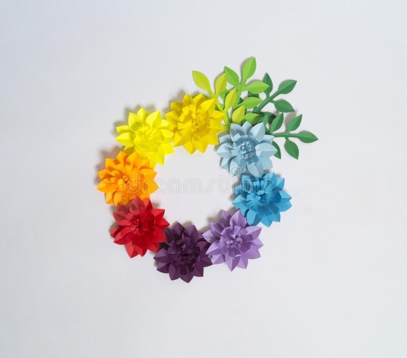 Kwiaty i insekty robić od papieru na błękitnym tle Tropikalni kwiaty i motyl zdjęcie stock