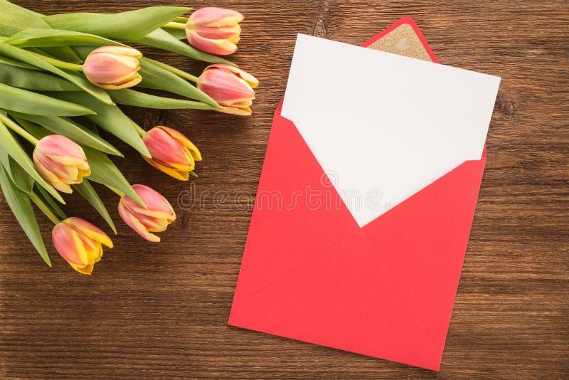 Kwiaty i koperta obraz stock