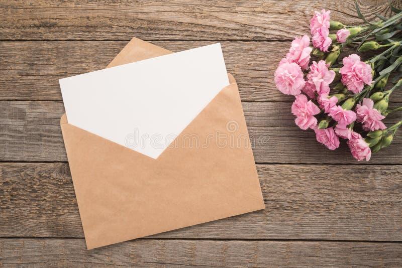 Kwiaty i koperta obrazy stock