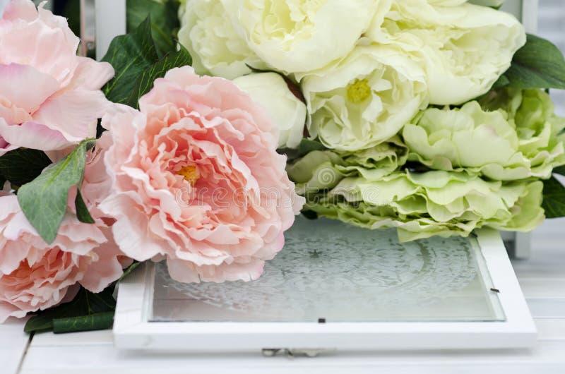 Kwiaty i lampy na białym drewnianym stole fotografia royalty free