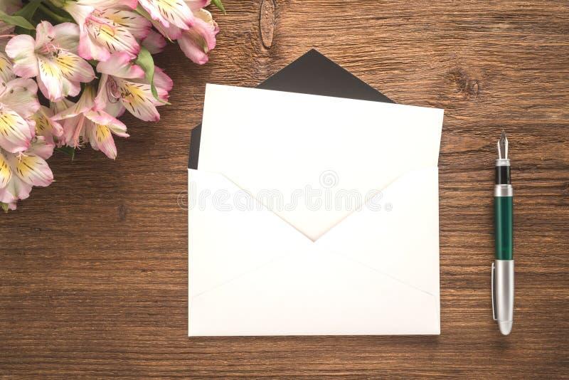 Kwiaty, koperta i pióro, zdjęcia stock