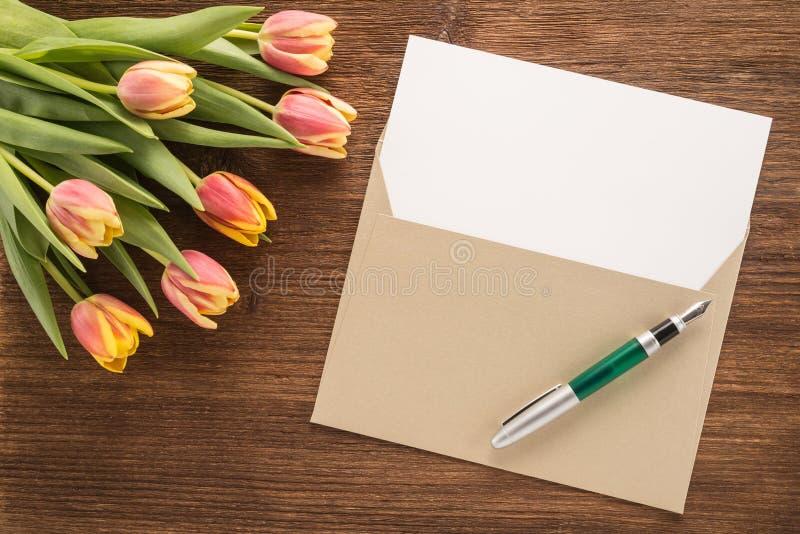 Kwiaty, koperta i pióro, obraz stock