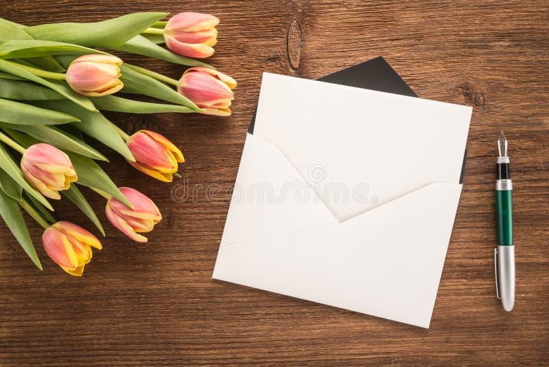Kwiaty, koperta i pióro, zdjęcia royalty free