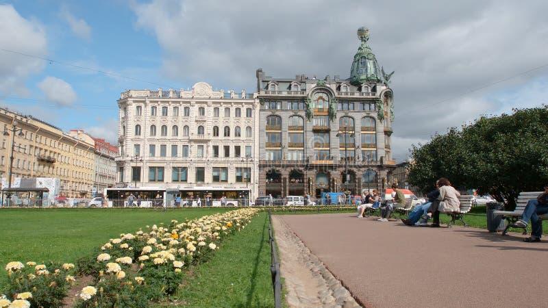 Kwiaty, ludzie blisko Kazan katedry i piosenkarza dom w lecie, obrazy royalty free