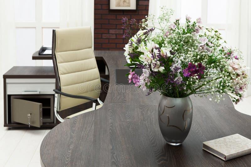 Download Kwiaty na biurku obraz stock. Obraz złożonej z menchie - 28971951