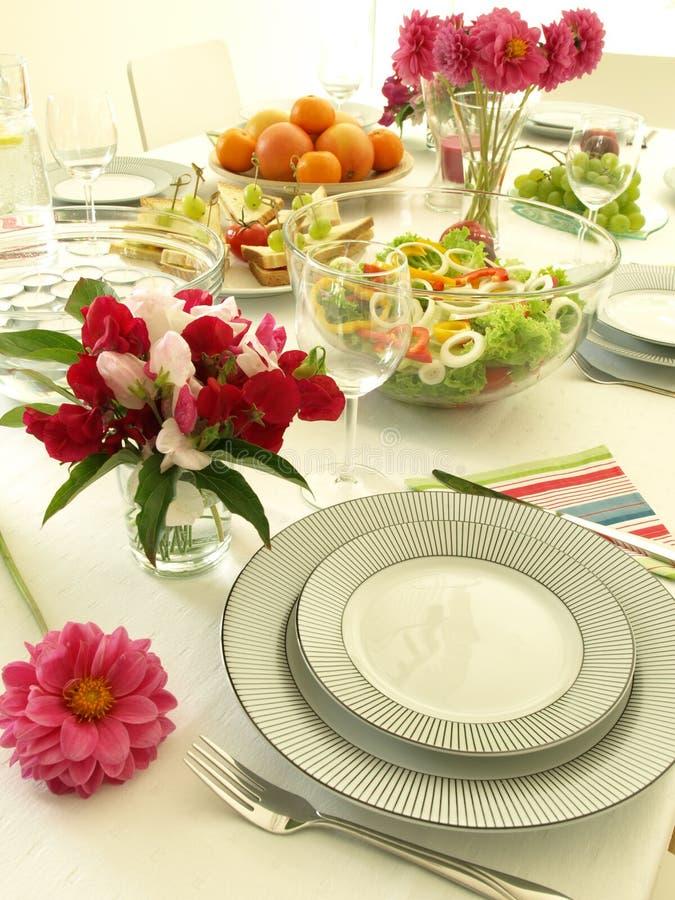 Kwiaty na przyjęcie stole zdjęcie royalty free