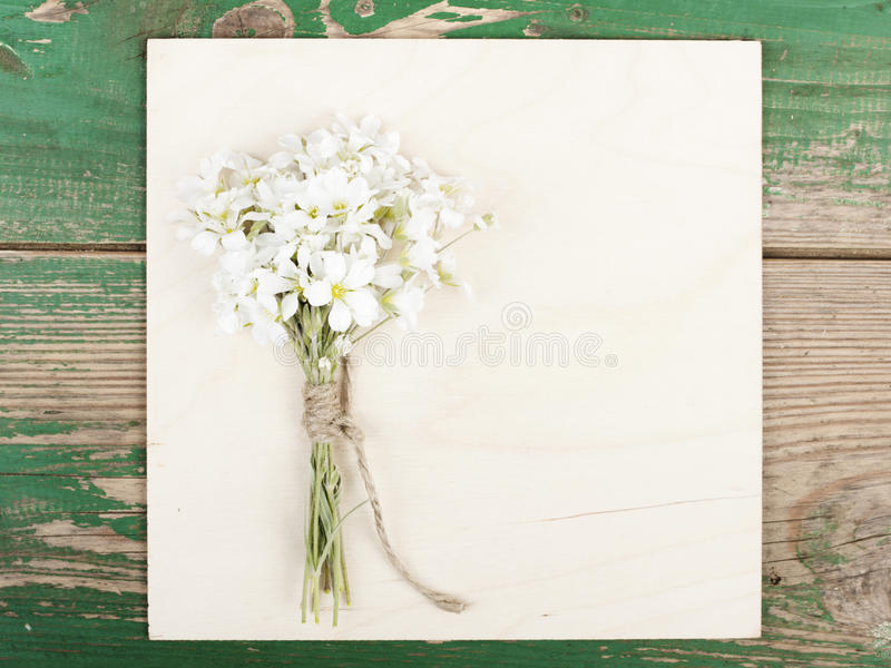 Kwiaty na rocznik drewnianych deskach z pustą przestrzenią zdjęcie stock