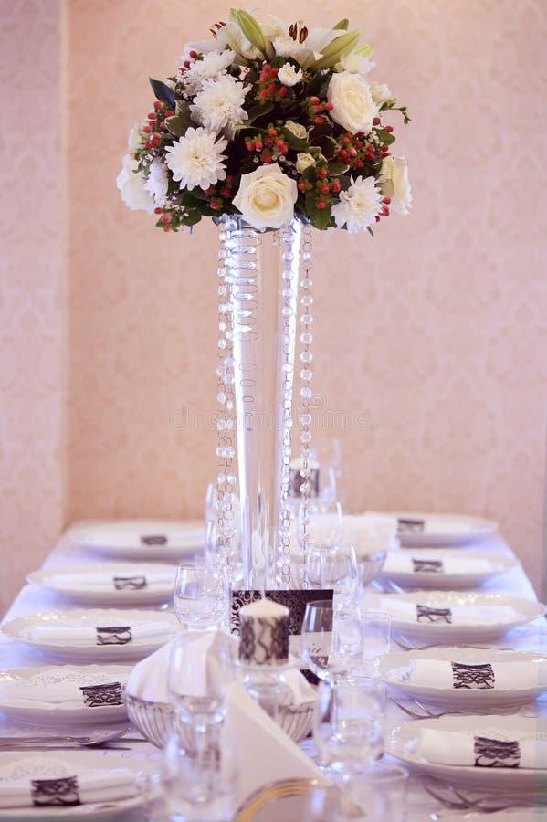 Download Kwiaty Na Stołowym ślubu Ornamencie Obraz Stock - Obraz złożonej z róże, glassblower: 57659655