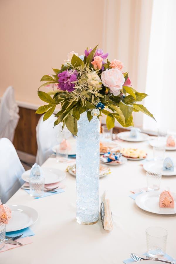 Kwiaty na stole przy ślubem obraz stock
