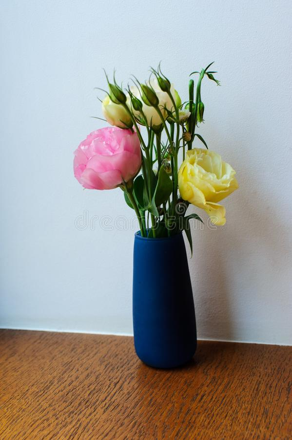 Kwiaty na stole w restauraci obrazy royalty free