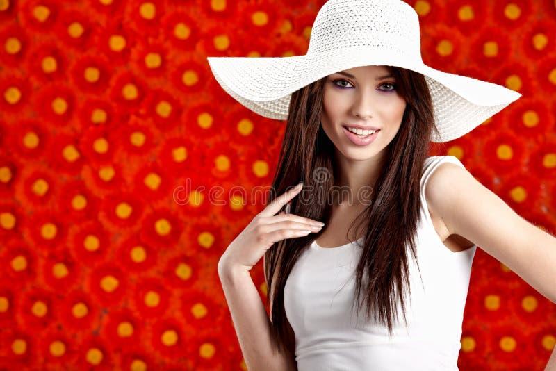 kwiaty nad lato czerwoną kobietą fotografia stock