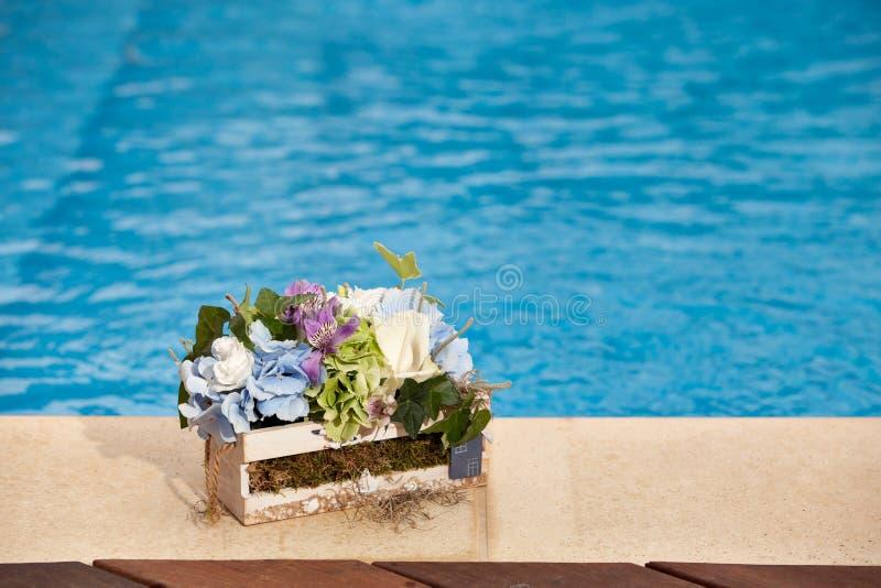 Kwiaty obok basenu zdjęcia royalty free