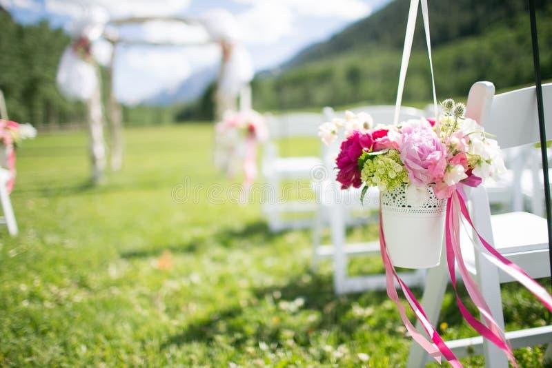Kwiaty przy Ślubną ceremonią zdjęcie stock