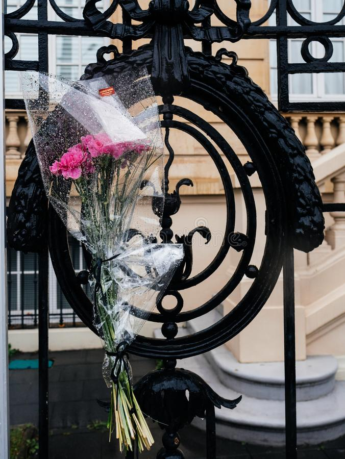 Kwiaty przy Rosyjski konsulat ambasady opłakiwać ofiary ogień zdjęcie stock